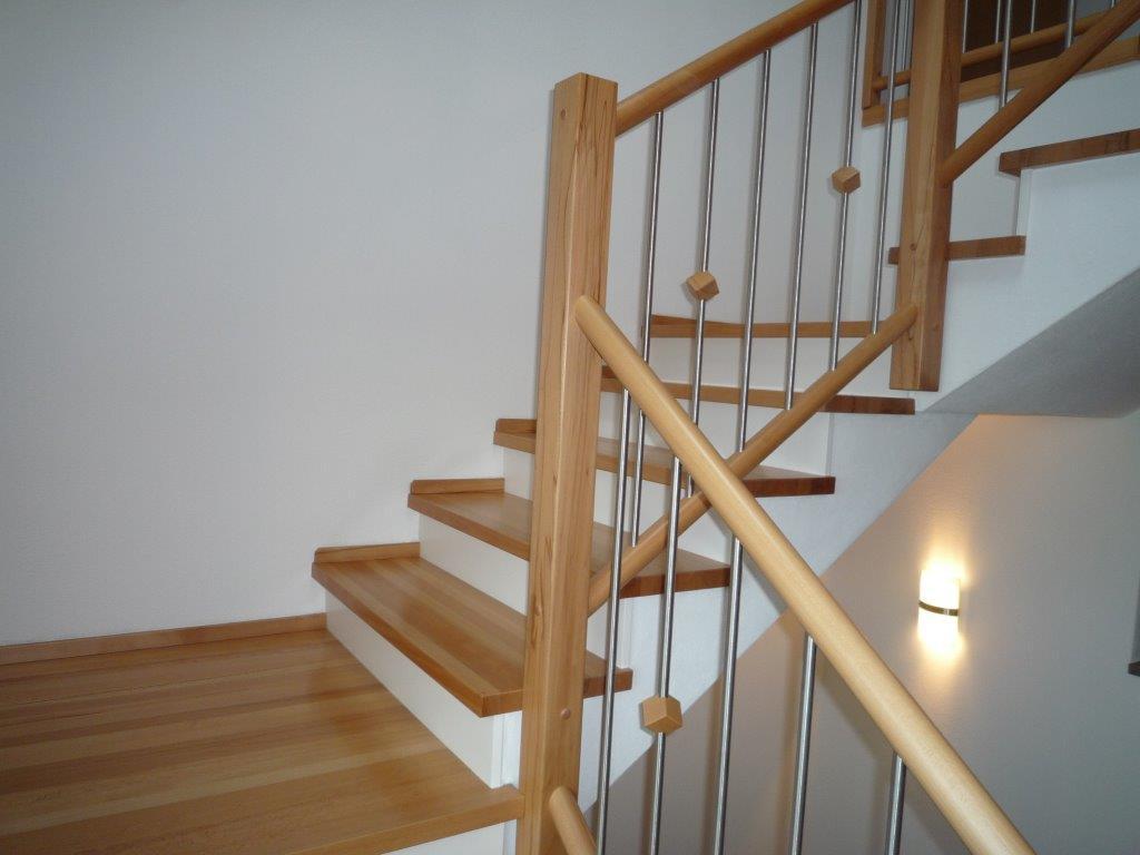 Treppe Mit Setzstufen treppe in buche mit weißen setzstufen auf betontreppe