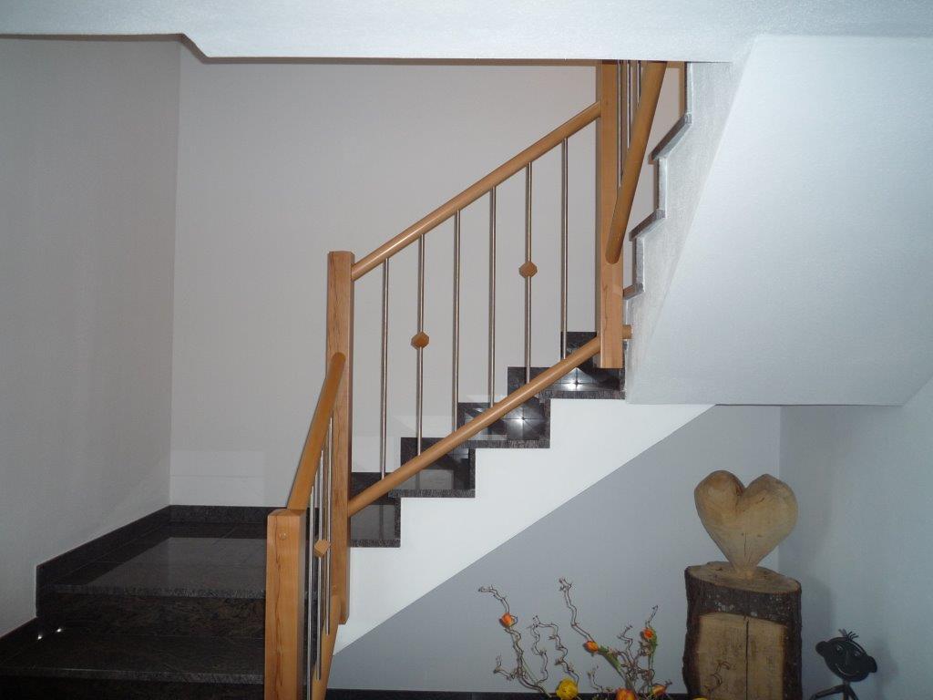 treppe in buche mit wei en setzstufen auf betontreppe. Black Bedroom Furniture Sets. Home Design Ideas