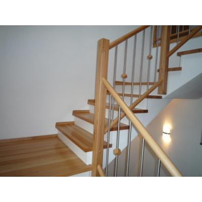 Treppe in Buche mit weißen Setzstufen auf Betontreppe