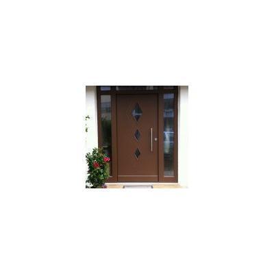 Haustür aus Holz in Braun mit Seitenteil und Oberlicht und mit Edelstahl Stoßgriff in Augsburg