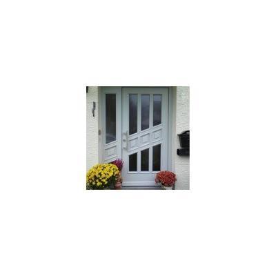 Individuell gefertigte Haustür aus Holz in Weiß mit Seitenteil und schönen Edelstahlbeschlägen in Ottobeuren