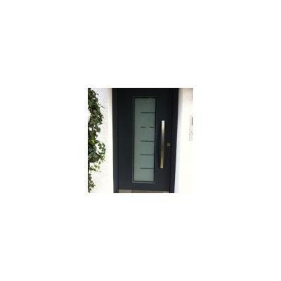 Moderne Haustüre anthrazitgrau lackiert mit Sandstrahlmotiv und Edelstahlgriff in Ottobeuren
