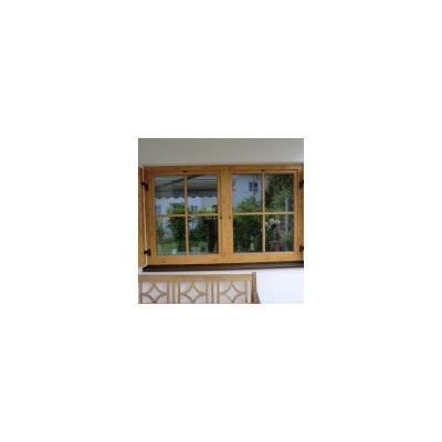 Holz-Alu-Fenster mit Sprossen und Fensterläden: außen in Kieferdekor, innen in Holzart Eukalyptus