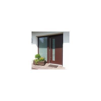 Individuell gefertigte Holz-Alu-Haustür in Braun mit Seitenteil aus Glas: Aluschale in Feinstruktur braun matt, innen Holz Kiefer lasierend