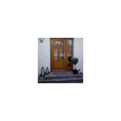 Holz-Haustür mit Seitenteil im klassischen Stil mit in Edelstahl gebürstetem Aussengriff in Augsburg